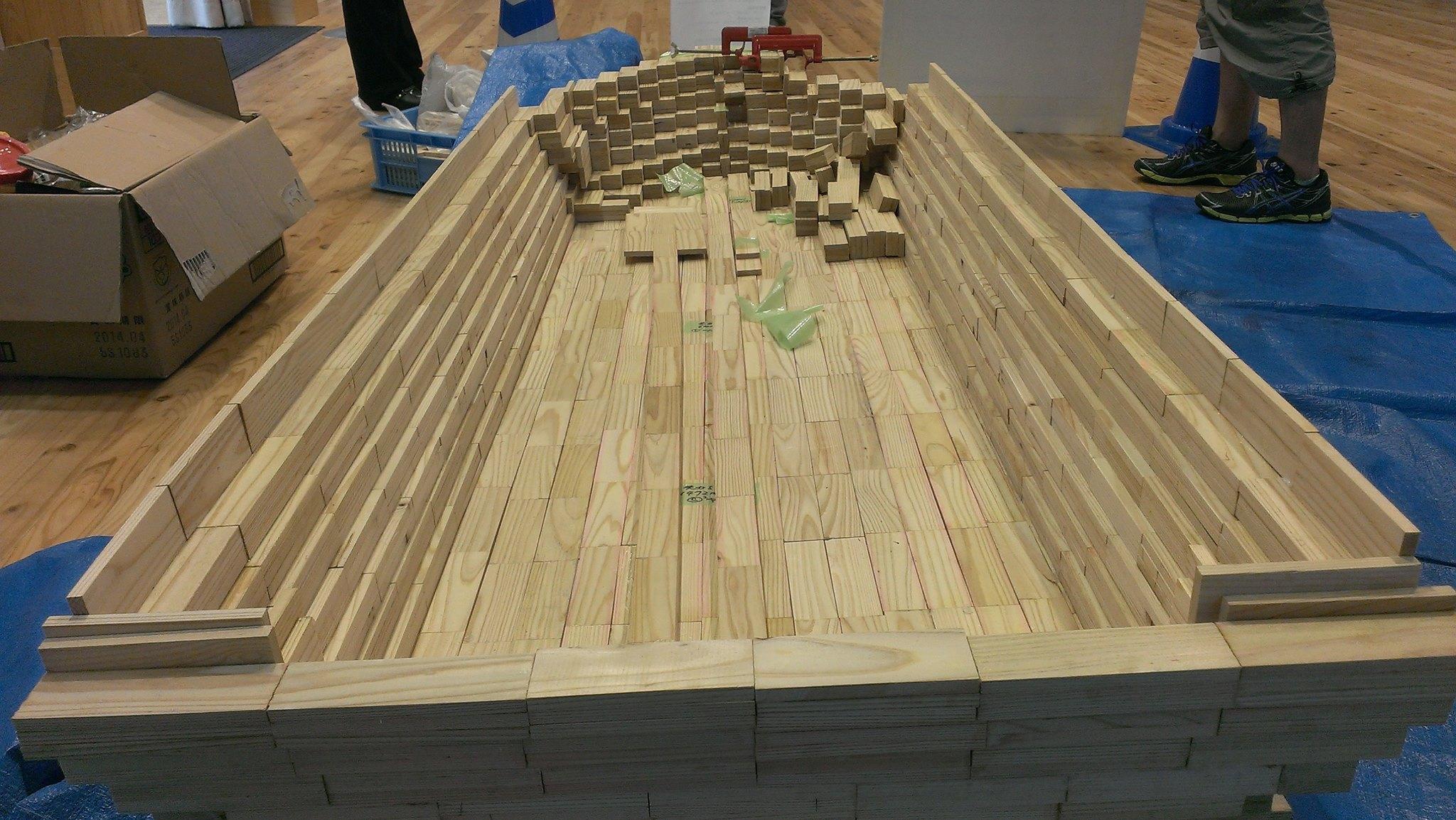 かまぼこ板を張り合わせた舟の制作